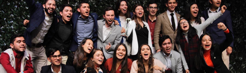 Jóvenes estudiantes preparándose para el Premio Social-skin